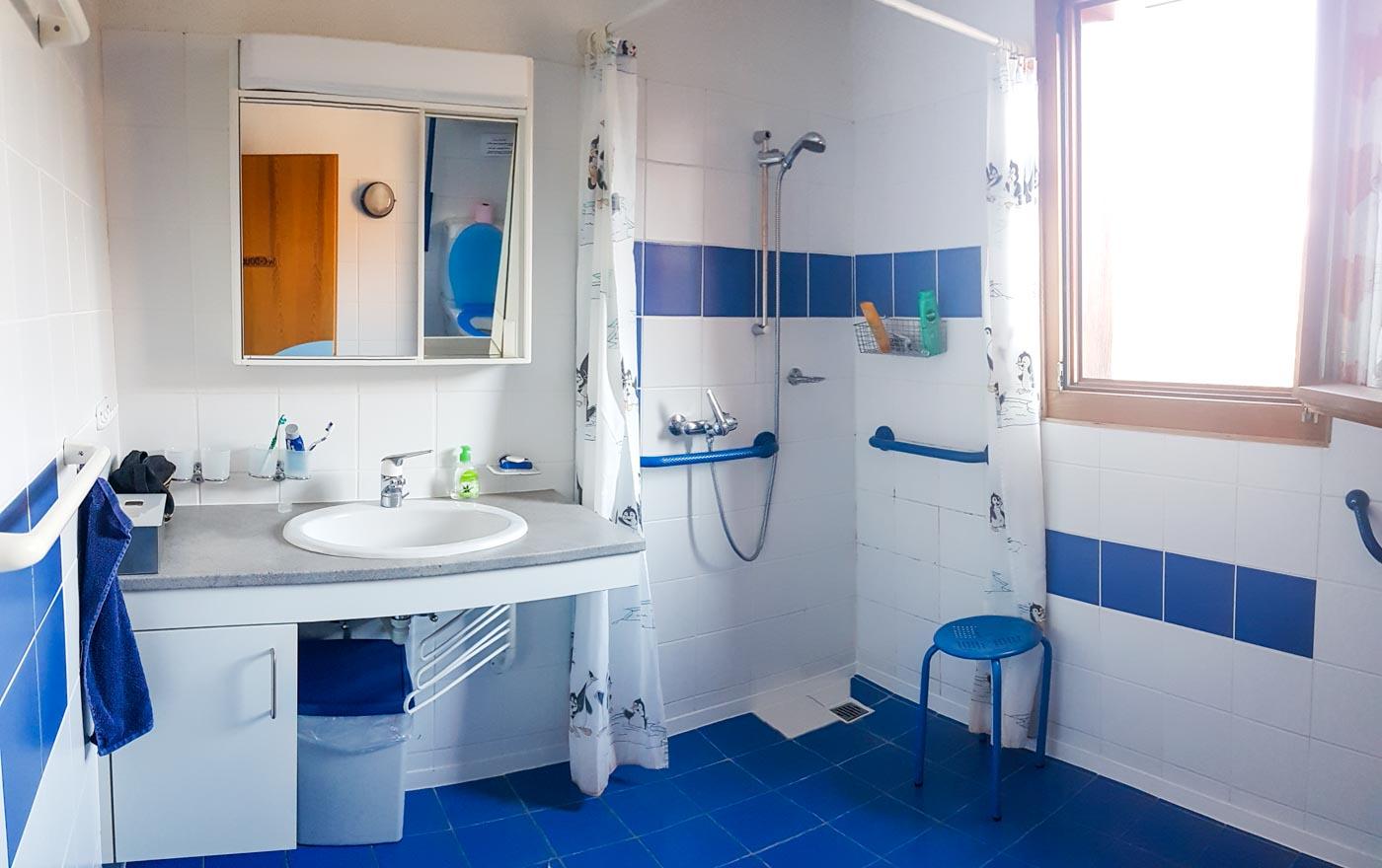 Douche accessible en fauteuil roulant